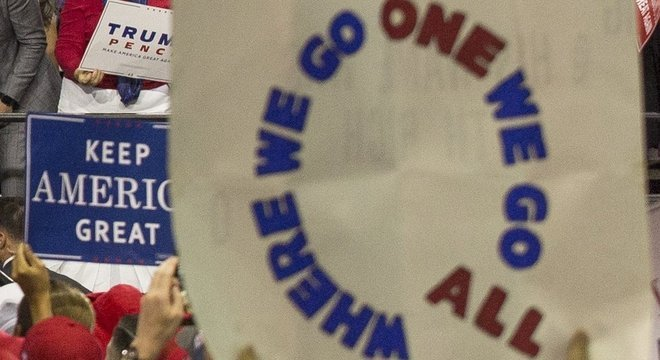 Uma das dezenas de sinais e camisetas com o tema QA, capturados por câmeras durante um comício de Trump