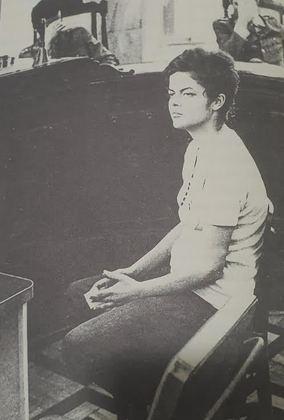 Uma das guerrilheiras presas em 1970 foi Dilma Rousseff. Em 16 de janeiro, ela foi detida quando ia se encontrar com grupos da organização VAR-Palmares. Por ter estimulado greves e piquetes e arquitetado assaltos a banco, foi condenada inicialmente a seis anos de prisão. Posteriormente, a pena foi reduzida a dois anos e um mês, só que ela passou três anos encarcerada e sofreu torturas. A foto, de novembro de 1970, traz Dilma depondo em uma auditoria militar no Rio de Janeiro (sem aparentar que sofreu ferimentos, conforme era praxe na época). Os militares que a interrogavam escondem seus rostos para não serem reconhecidos.