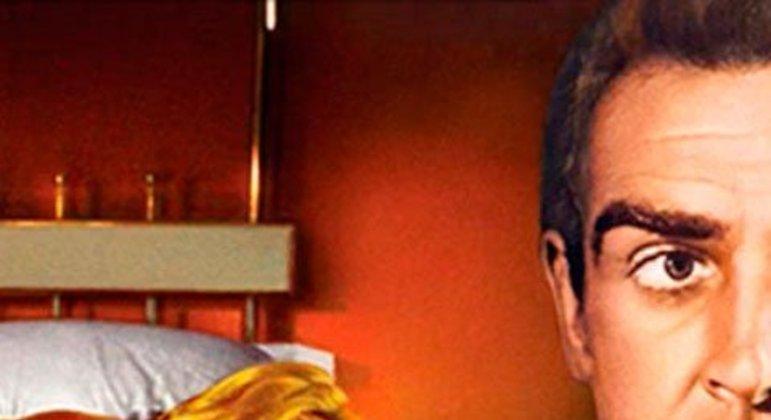 Uma das imagens mais impactantes da série. Bond retorna a seu quarto e encontra uma moça com quem flertou anteriormente morta em sua cama, nua e pintada de ouro.