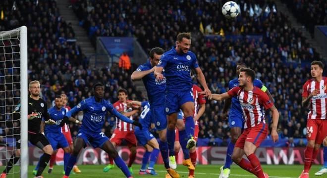 Uma das maiores surpresas dos últimos anos, o Leicester CIty, que foi campeão da Premier League em 2015/16, jogou sua primeira Liga dos Campeões na temporada seguinte e não fez feio. Os Foxes chegaram até às quartas de final, mas foram eliminados pelo Atlético de Madri. (Foto: AFP)
