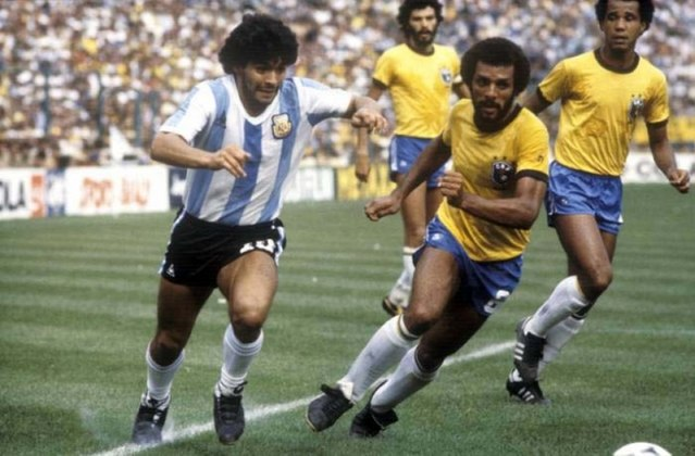 Uma das vitórias mais emblemáticas do Brasil foi em 1982, quando as duas seleções voltaram a se enfrentar em Copa do Mundo. Na ocasião, o Brasil derrotou a Argentina por 3x1, com gols de Zico, Serginho Chulapa e Júnior.