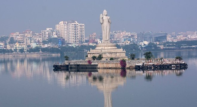 O lago artificial Hussain Sagar fica no centro de Hyderabad