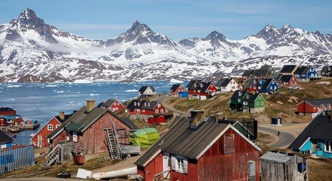 A Groenlândia é um território dinamarquês autônomo entre os oceanos Atlântico Norte e Ártico