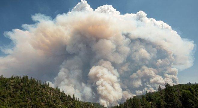 Uma grande nuvem de Pirocúmulo acima de um incêndio na Califórnia em 2018