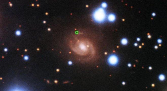 Uma imagem de uma rápida explosão de rádio (em verde), registrada pelo telescópio Gemini North no Havaí