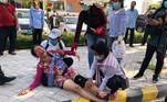 E no Camboja, chineses protestaram em frente a embaixada na cidade dePhnom Penh. Conforme informado pela Reuters, os protestos eram contra uma base militar chinesa no país