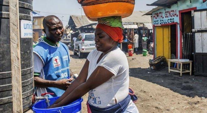 População e visitantes agora precisam desinfetar as mãos com cloro antes de entrar em algumas áreas da cidade de Goma