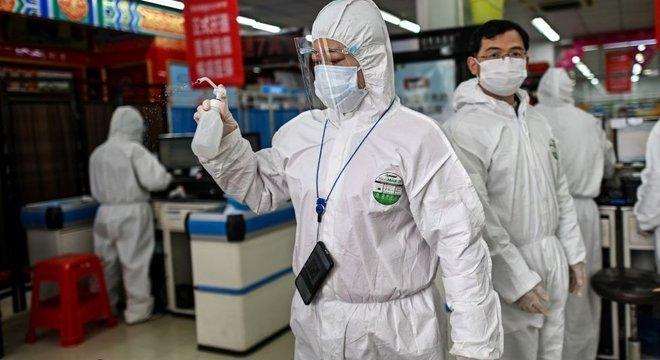 China impôs fortes restrições a Wuhan para deter o vírus