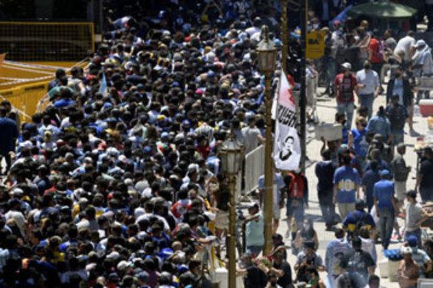 Uma multidão tomou as ruas da capital Buenos Aires para dar adeus a Maradona.