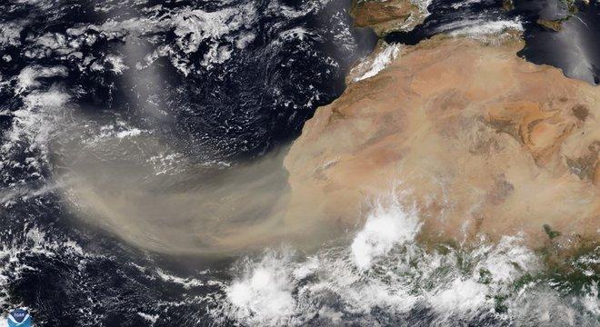 A enorme nuvem de poeira viaja do norte da África para a América e Europa
