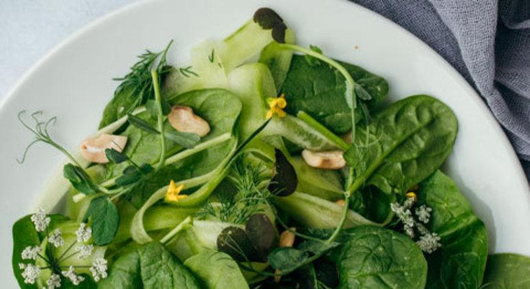 Uma ótima alternativa é uma salada colorida com folhas escuras, como a couve, agrião e espinafre, que são ricas em vitaminas, minerais e fibras. As folhas verdes mais claras, como o alface, também são ótimas para o alívio de dores musculares.