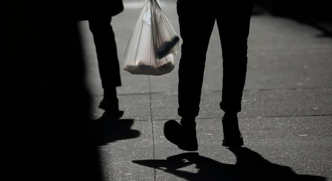 Uma pessoa carrega uma sacola de plástico em Nova York no dia 15 de janeiro de 2019