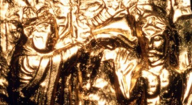 Uma placa de ouro registra o batismo do rei Harald Gormsson; ele introduziu o cristianismo na Escandinávia