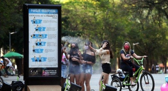 Vaporizadores refrescam frequentadores do Parque do Ibirapuera