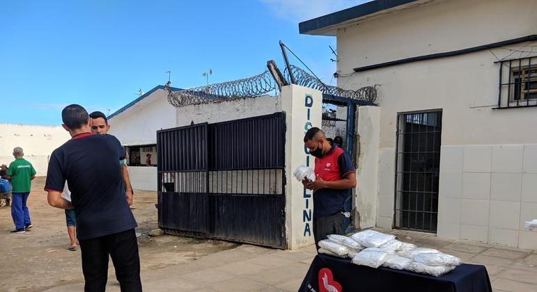 O programa social Universal nos Presídios (UNP)  doou máscaras reutilizáveis e kits de higiene