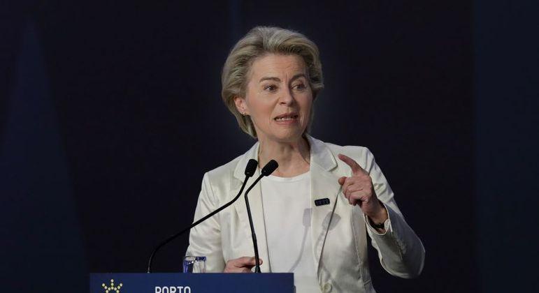Ursula von der Leyen, chefe da Comissão Europeia, quer maior compartilhamento de vacinas