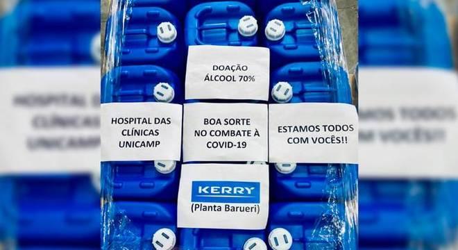 Doação do álcool para HC vai com mensagens de apoio