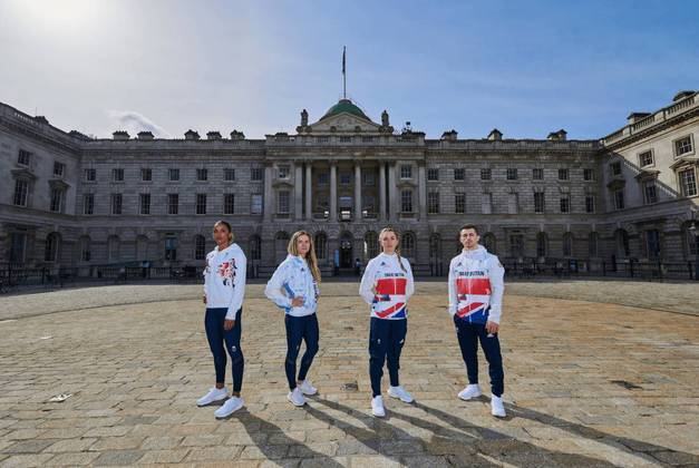 Atletas ingleses em frente ao palácio de Somenerst, em Londres
