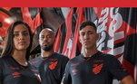 Com seu uniforme três sendo todo preto com detalhes em vermelho. Muito bem usado as cores da equipe da Série A do Brasileiro