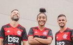 """Os cariocas já haviam lançados suas camisas 1 e 2. O modelo principal é inspirado em um dos principais momentos da memória do clube e que até hoje é cantado pelas arquibancadas. """"Flamengo, tua glória é lutar"""", diz a letra, que foi colocada nas listras vermelhas da nova camisa"""