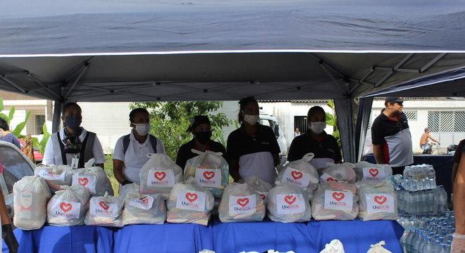 Voluntários distribuíram cestas básicas, kits de higiene e água potável