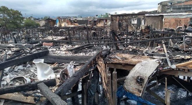 Fogo consumiu comunidade localizada em Santos na última segunda-feira