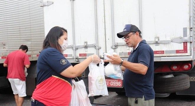 Motoristas receberam refeição e kit de higiene