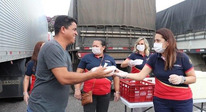 """Ao receberem as doações, os trabalhadores demonstraram """"gratidão e alegria"""""""