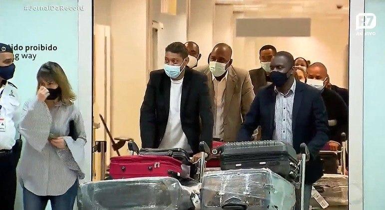 Missionários vindos de Angola desembarcam no Aeroporto de Guarulhos (SP) nesta sexta (14)