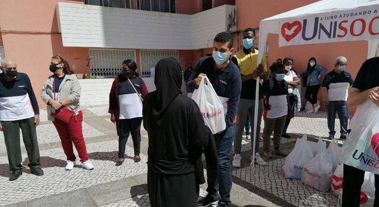 Voluntários atuam na distribuição de alimentos
