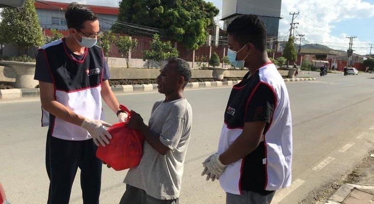 Voluntários distribuíram alimentos a desabrigados