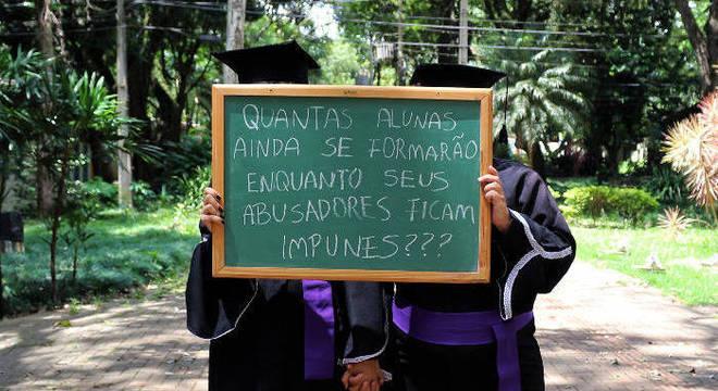 Universitárias protestam contra o assédio dos professores