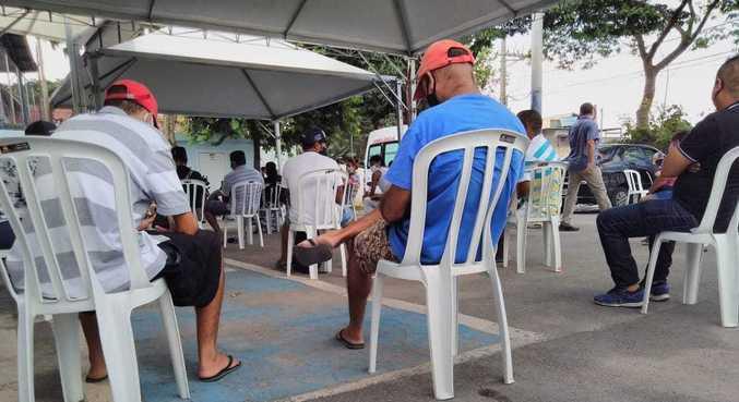 Pacientes aguardando exame de covid-19 em Taboão da Serra