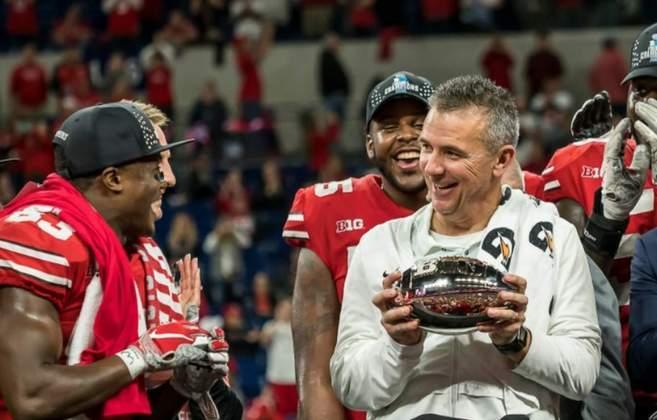 Urban Meyer – Ex-treinador de Florida e Ohio State: Multicampeão no College Football, Urban Meyer se aposentou há dois anos. Porém, o nome do treinador é sempre cogitado e terá emprego na NFL quando quiser.