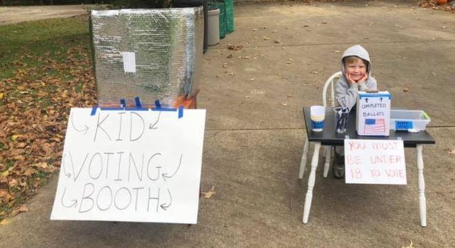 """Criança monta cabine de votação para outros jovens poderem """"votar"""""""