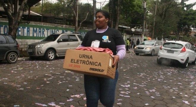Substituição de urna eletrônica em Embu das Artes (SP)