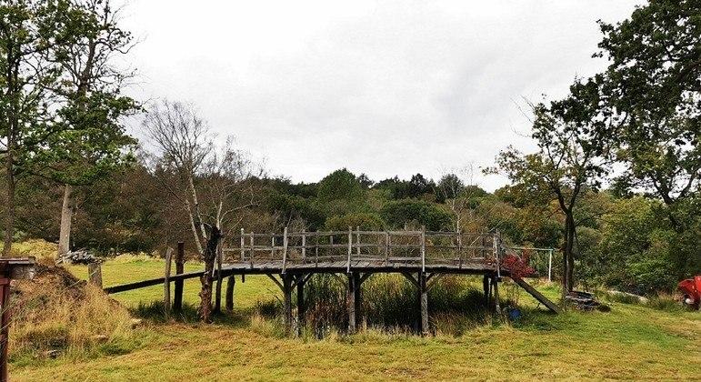 Ponte que inspirou o autor das aventuras do Ursinho Pooh foi leiloada por R$ 986 mil no Reino Unido