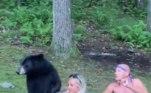Porém, é bem comum a aproximação de ursos de grupos de pessoas comendo