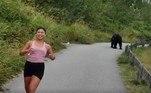 Com mais de 20 relatos de aparição do tipo no último mês, Smith explica que a ideia agora é capturar o bicho e não descarta a hipótese de que ele possa ser sacrificadoEm outra trilha, uma jovem ignorou o perigo e tirou uma selfie ao ser revistada por um urso. Confira a seguir!