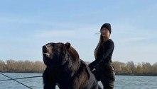 Mulher pesca com urso resgatado de parque falido: 'É da família'