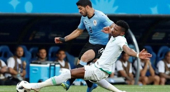 Suárez tenta passar pela marcação do saudita Ali Al-Bulaihi