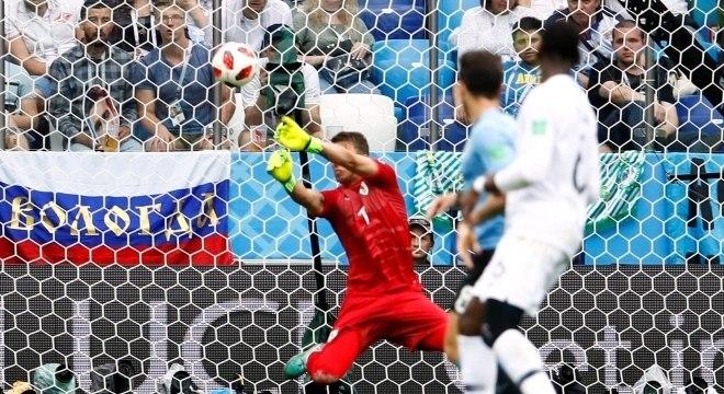 O goleiro uruguaio Muslera levou um frango no segundo gol da França, no chute de Griezmann