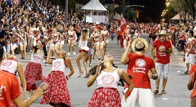 Carnaval de Uruguaiana, no Rio Grande do Sul, reúne mais de 20 mil pessoas