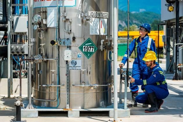 O CO2 extraído pode ser injetado e armazenado em depósitos geológicos ou ser convertido em combustíveis sintéticos de baixíssimo carbono