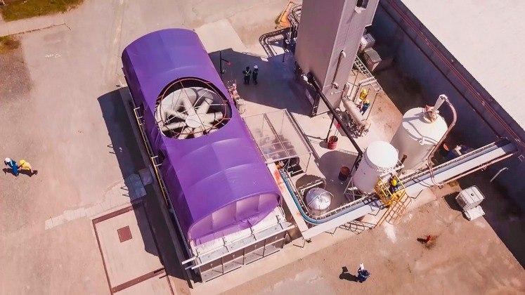 A central elétrica utilizará uma tecnologia conhecida como 'captura direta de ar' (DAC, na sigla em inglês), desenvolvida pela empresa canadense Carbon Engineering, capaz de capturar entre 500 mil e um milhão de toneladas de CO2 por ano