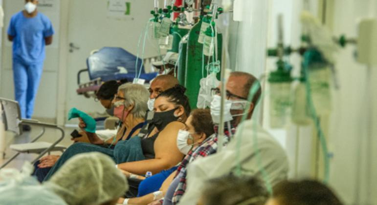 Atendimento de pacientes com covid-19 no Hospital da Restinga, em Porto Alegre (RS)