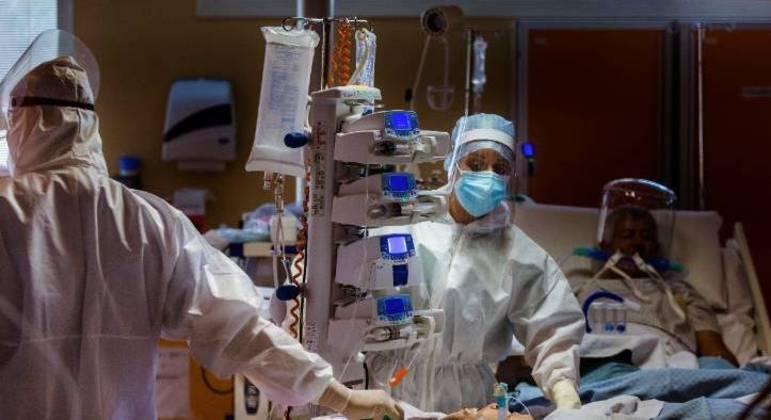 Equipe médica da UTI da Clínica Casalpalocco, nos arredores de Roma, na Itália, atende paciente