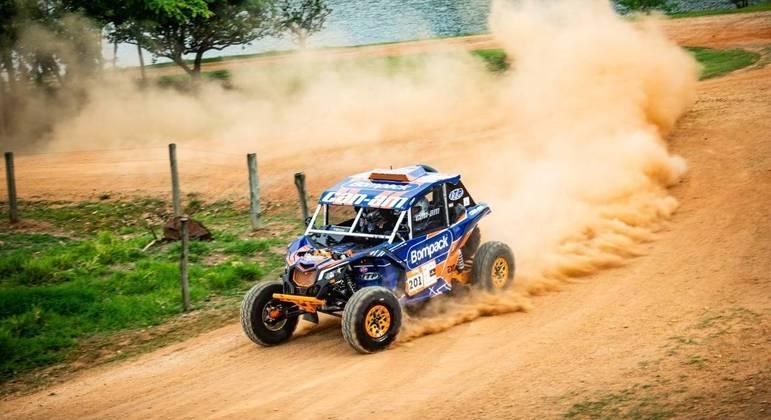 Deni Nascimento terminou o terceiro dia com apenas três rodas, depois que teve dois pneus furados e ficaram sem estepe