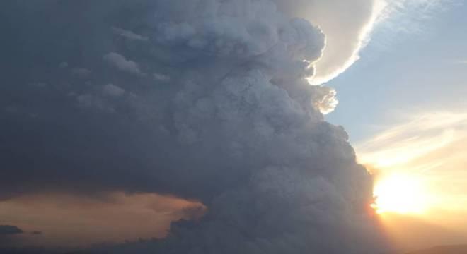 Nuvens de pirocumulonimbus em incêndios florestais em Victoria em 2014