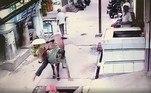 Uma vaca pilantra e gananciosa golpeou um homem que passava na rua, o jogou em um buraco e ainda comeu os vegetais dele. Tudo foi filmado por uma câmera de segurança